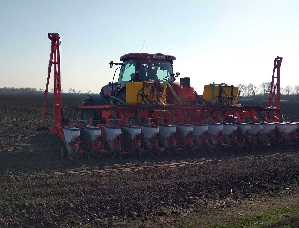 Field trials of Kuhn Planter seed drills modernized for application of liquid fertilizers
