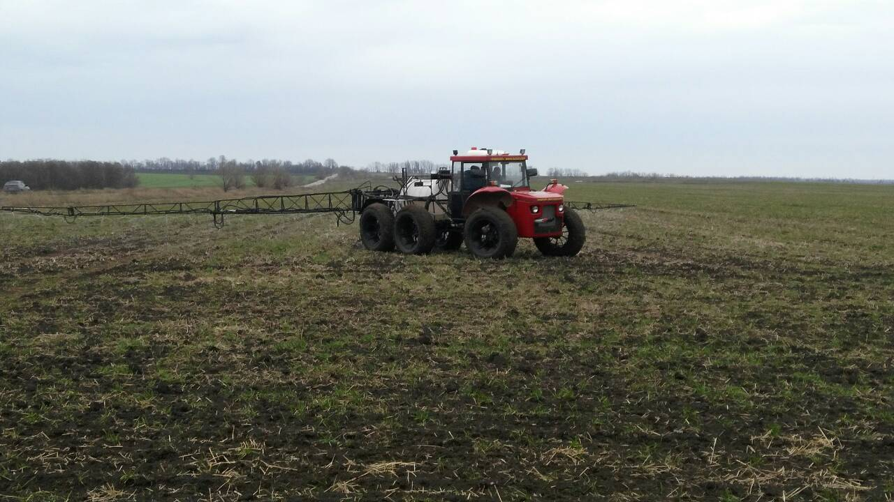 Self-propelled sprayer with hydraulic rod drive